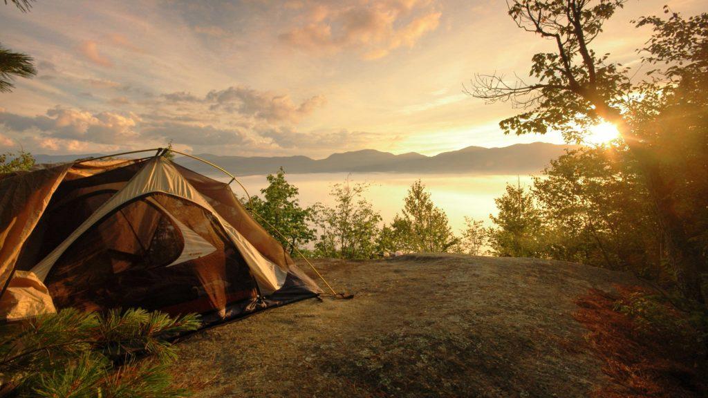 палатка на фоне реки