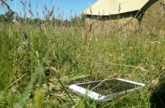 телефон на фоне палатки