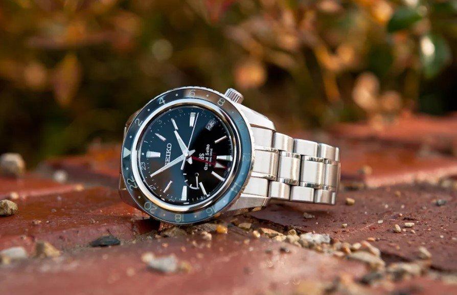 Наручные часы на земле
