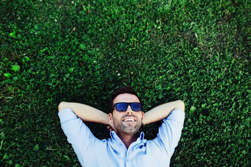 Мужчина лежит на газоне