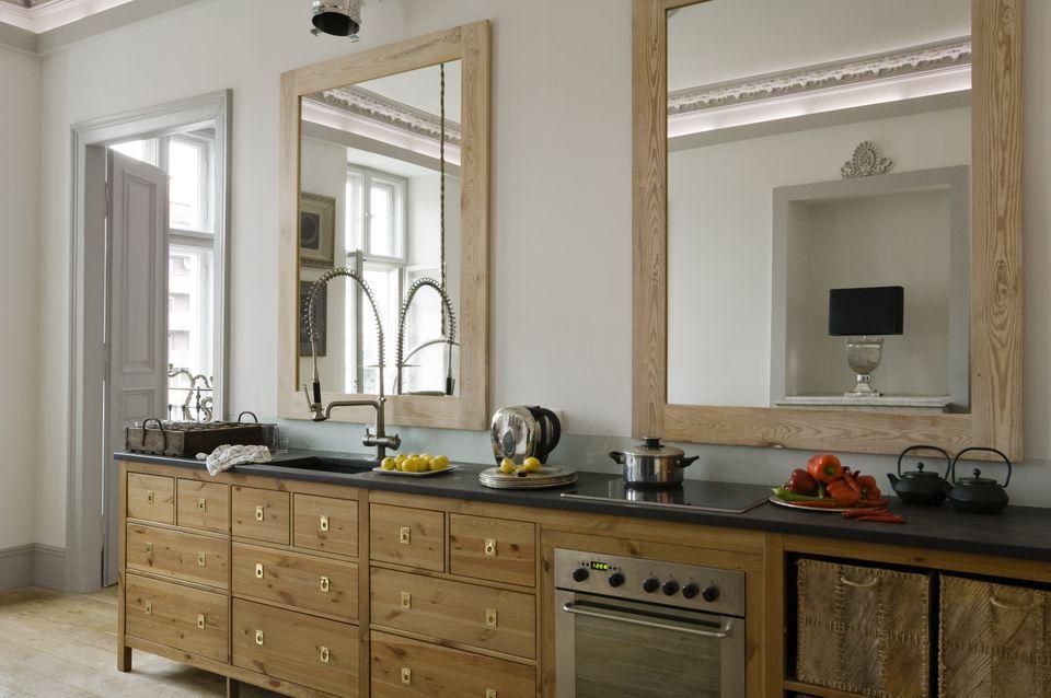 Зеркала на кухне лучше не размещать