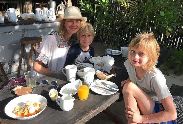 Наоми со своими сыновьями