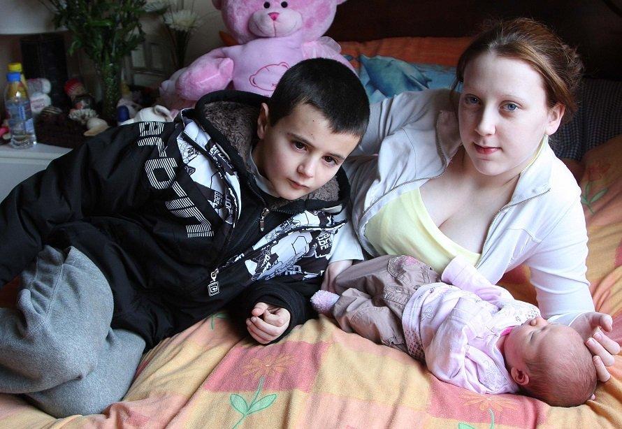 Девушка и молодой человек ставшие родителями