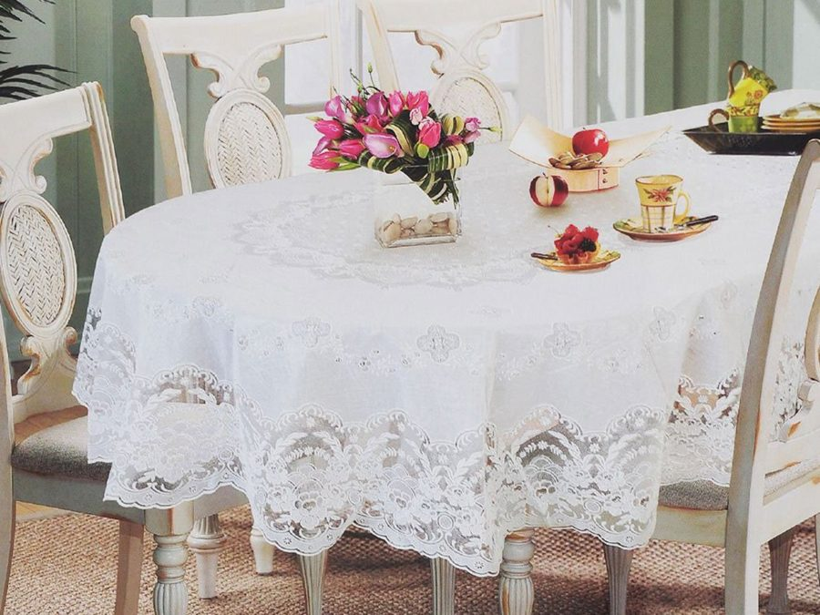 Стол с белоснежной скатертью