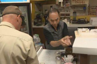 Пекарь продающий пончики