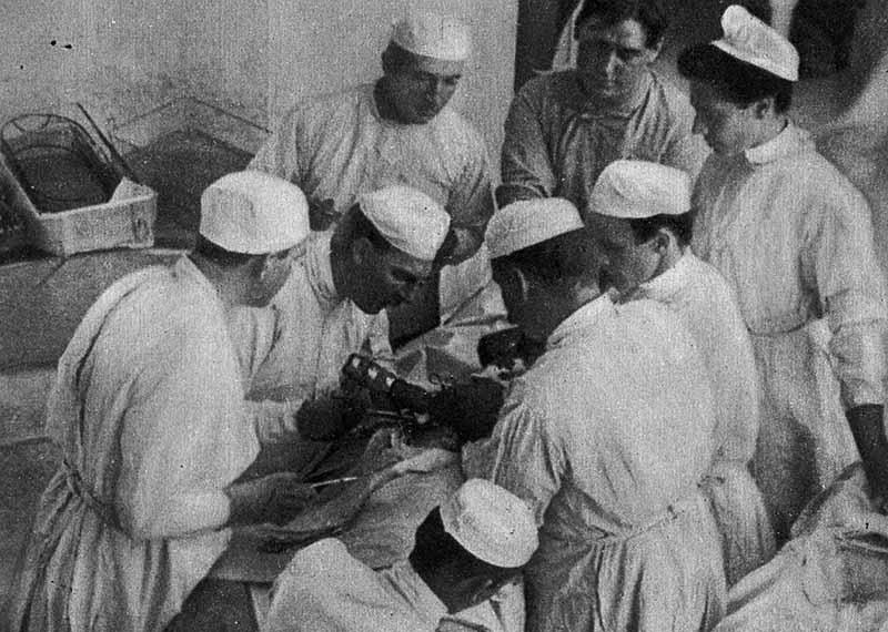 Холстед изобрел метод проводниковой анестезии, при которой нужная часть тела пациента делается нечувствительной и недвижимой
