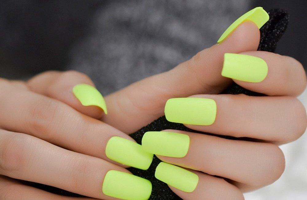 Яркий цвет ногтей