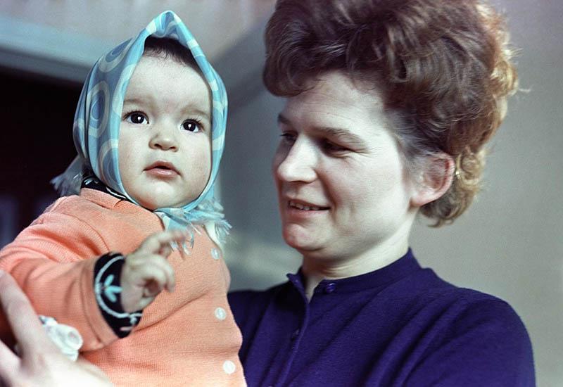 Есть еще одна версия, по которой свое название молочный шоколад получил по имени дочери первой женщины-космонавта Терешковой — Алены