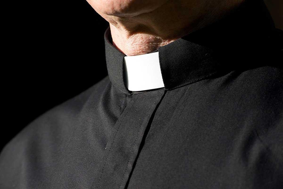 Колоратка у священника