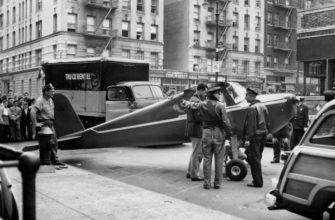 Самолет посаженный в городе