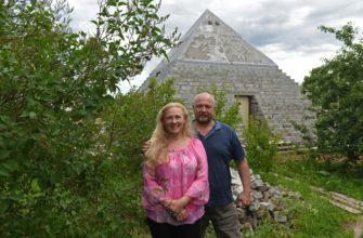 Пирамида во дворе дома