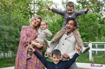 Михаил Башкатов с женой и сыновьями