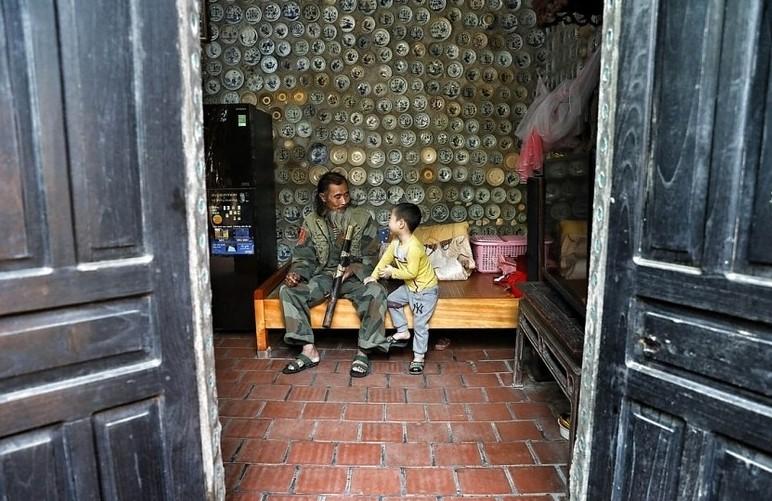 Вьетнамец украсил дом тарелками